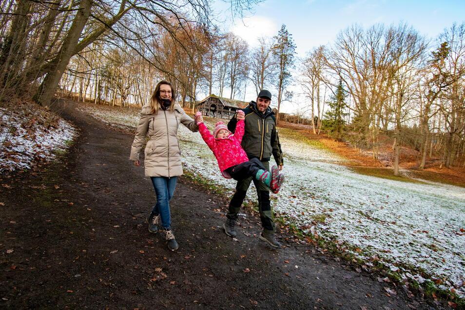 Wie Kristin Zieger, Frieda und Steve Quinque nutzen viele Döbelner den Bürgergarten für einen Spaziergang.