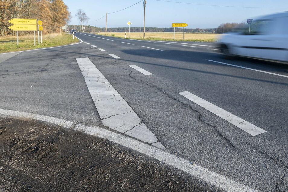 Straßenschäden an der Staatsstraße S 100 mit Abzweig nach Dobra. Hier will der Landkreis im kommenden Jahr bauen.