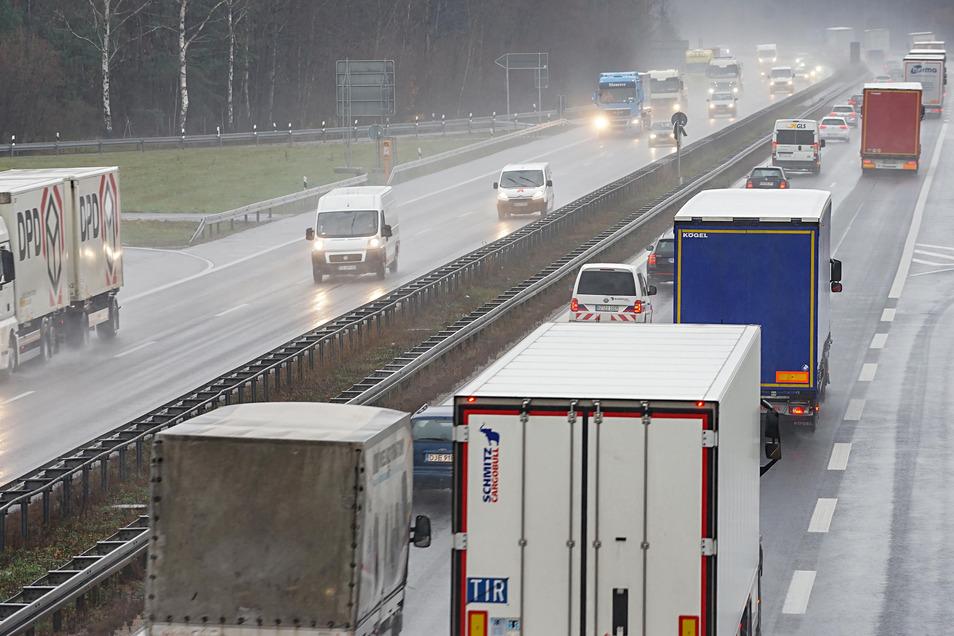 Bislang rollt der Verkehr auf der A 4 zwischen Dresden und Görlitz fast ausschließlich auf zwei Spuren in jede Richtung. Mehrere Politiker aus der Oberlausitz fordern eine Verbreiterung. Auch Sachsens Regierung möchte nun einen entsprechenden Antrag stell
