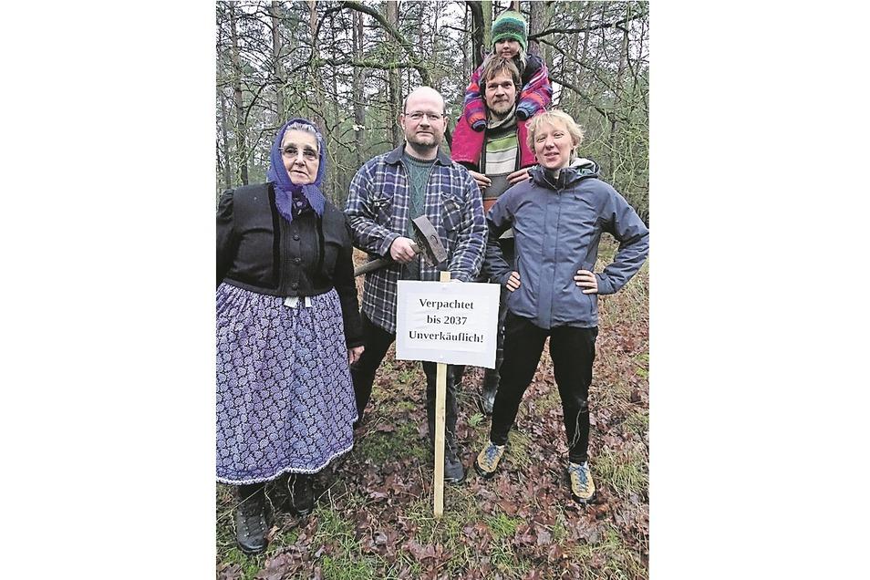Mitglieder der Umweltgruppe Cottbus haben ein Waldgrundstück bei Nochten gepachtet.