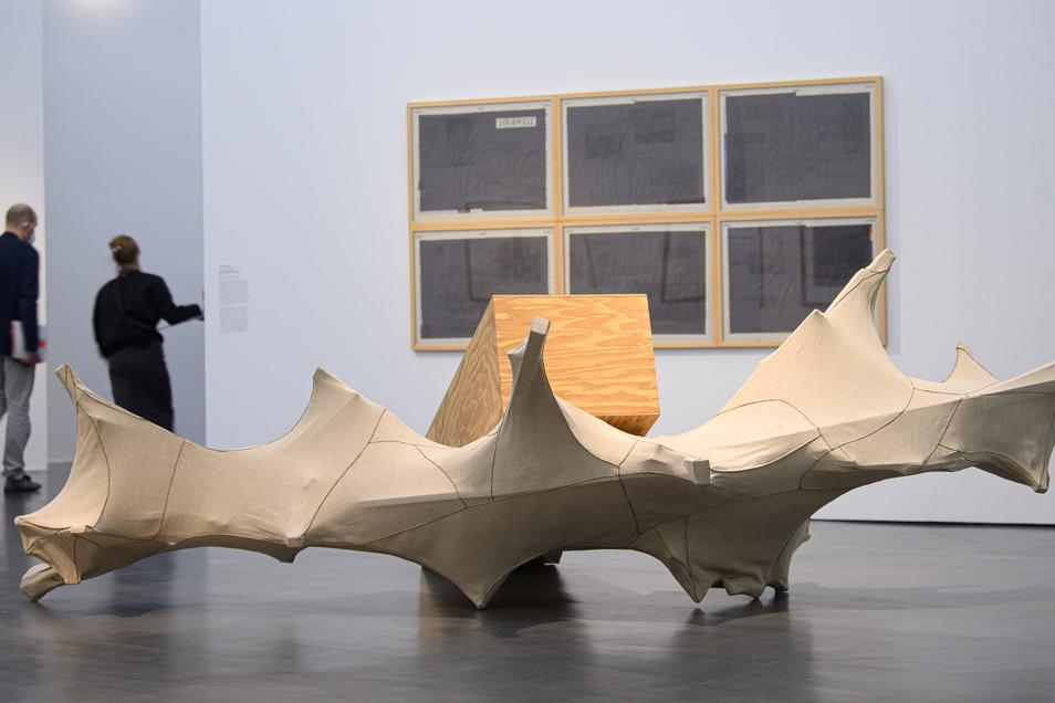 """Nichts ist für die Ewigkeit, nicht einmal Kunst: """"Skulptur vom Sockel erschlagen (Pfannkuchentheorie)"""" heißt diese Arbeit von Georg Herold."""