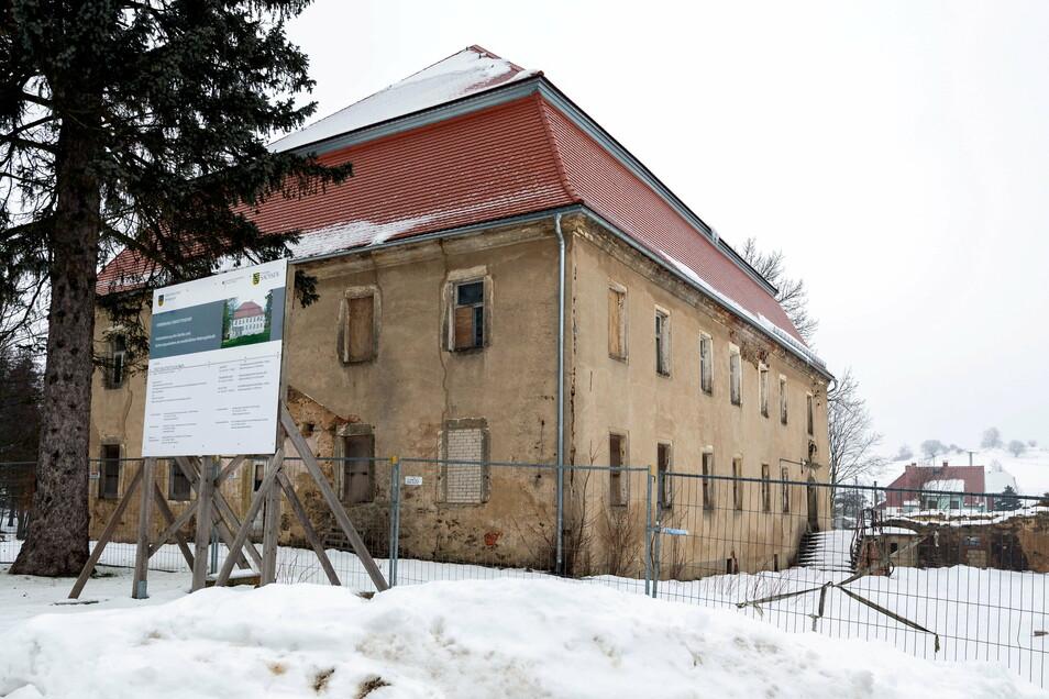 Das Dach ist saniert. Ansonsten steht aber nur noch die Hülle des Herrenhauses in Oberottendorf.