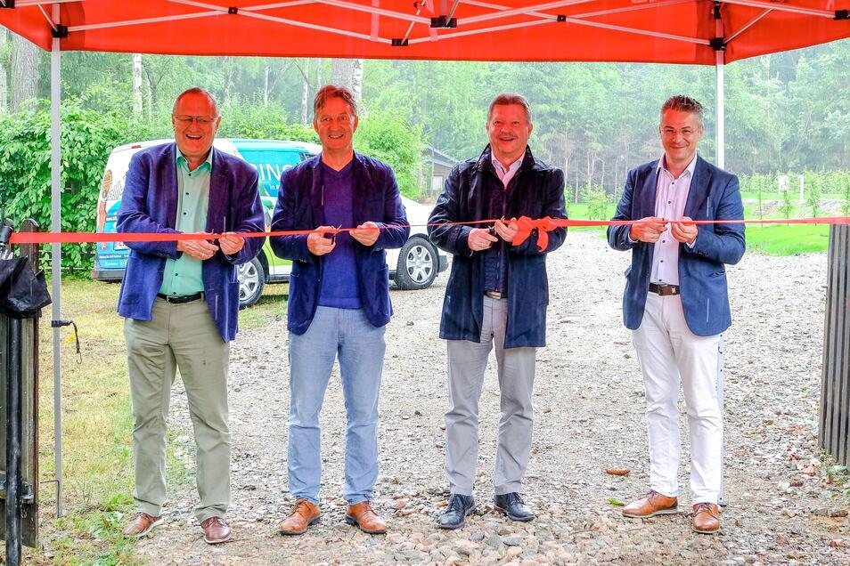 Oberbürgermeister Bert Wendsche (2.v.r.) und Ordnungsbürgermeister Winfried Lehmann (l.) eröffneten mit den beiden sbf Geschäftsführern, Michael Karlshaus (2.v.l.) und Titus Reime (r.) den Caravanstellplatz.