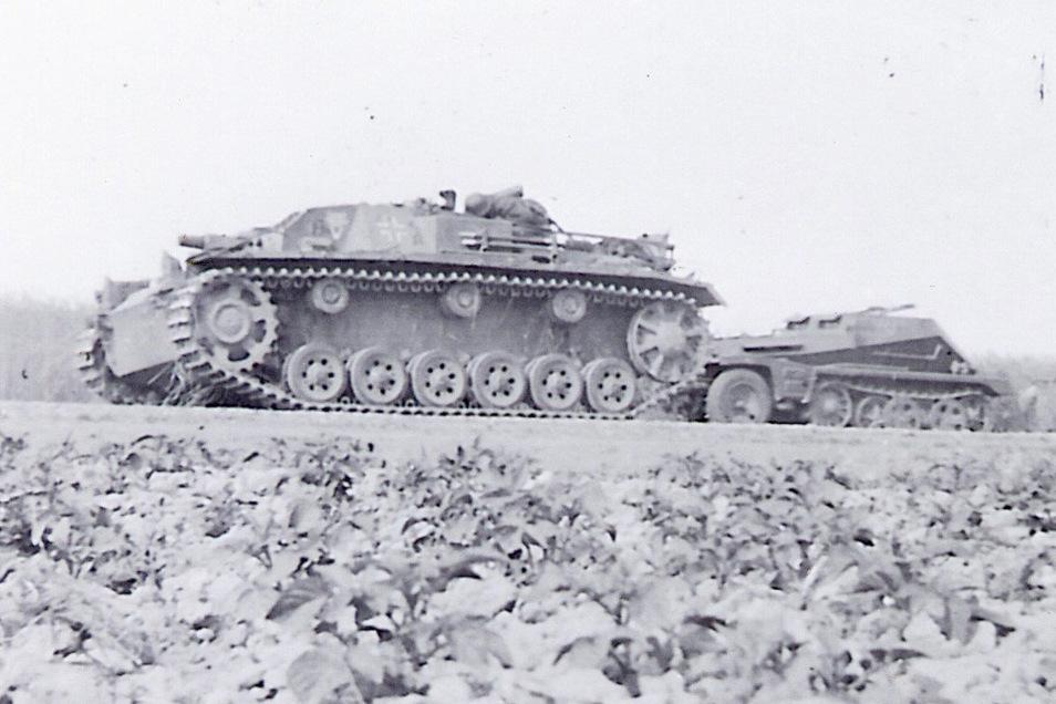 Bei den Rückzugsgefechten aufgegeben: Ein deutsches Sturmgeschütz III, dahinter ein Schützenpanzer.