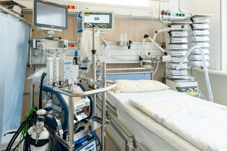 Ein Intensivbett auf einer Intensivstation der Uniklinik Dresden.