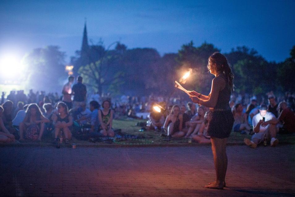 Feuerspiele und Musik lockten viele Menschen in den Alaunpark. Damit das Areal nicht komplett im Dunklen liegt, hatte die Polizei an der Tannenstraße einen riesigen Flutlichtscheinwerfer aufgestellt.