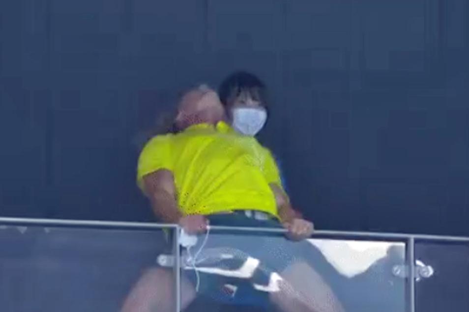 Der australische Schwimmtrainer macht vor, wie man standesgemäß über eine olympische Goldmedaille jubelt.
