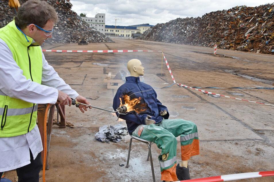 Was hält die Schutzkleidung aus? Eine praktische Vorführung auf dem Areal des Riesaer Stahlwerks.