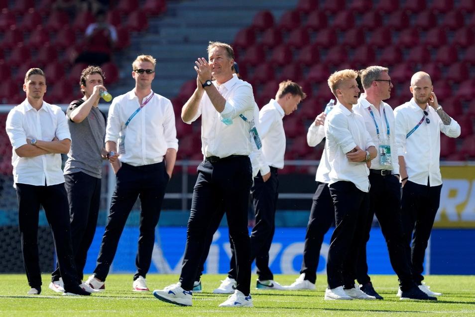 Schon bei der Platzbegehung wird die dänische Nationalmannschaft von den 25.000 Zuschauern gefeiert. Dänemarks Trainer Kasper Hjulmand (M.) applaudiert den dänischen Fans.