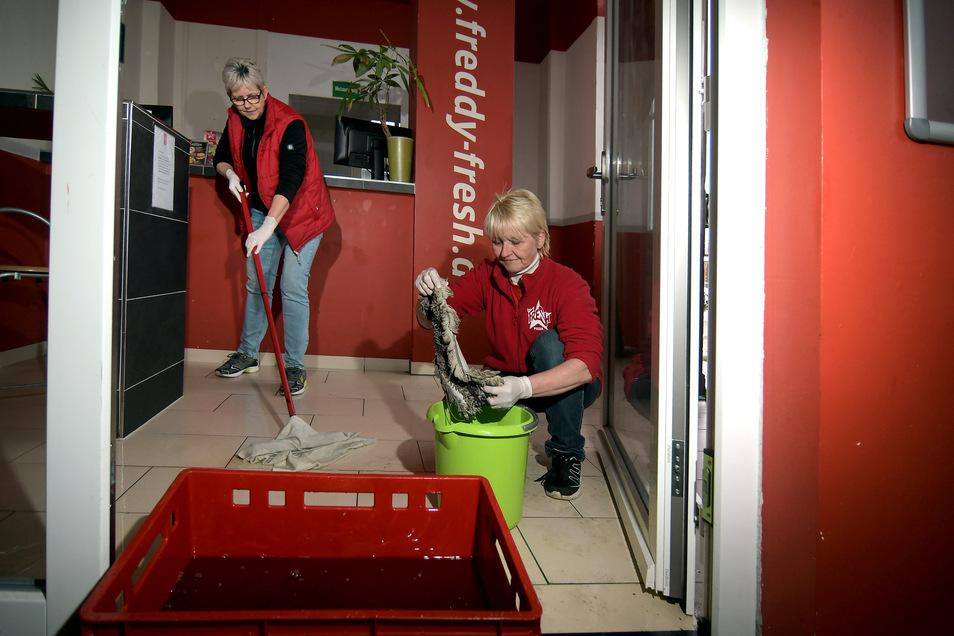 Immer wieder müssen Ute Böhme (links) und Iris Hermann wischen. Die Mitarbeiterinnen von Freddy Fresh haben am Donnerstagmorgen einen Wasserschaden entdeckt, der sich über den Tag noch ausgeweitet hat.