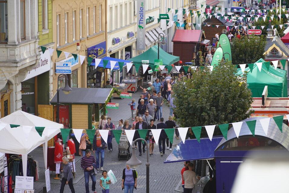 Die Hauptstraße füllt sich kurz vorm offizielle Tag-der-Sachsen-Startschuss immer mehr mit Besuchern.