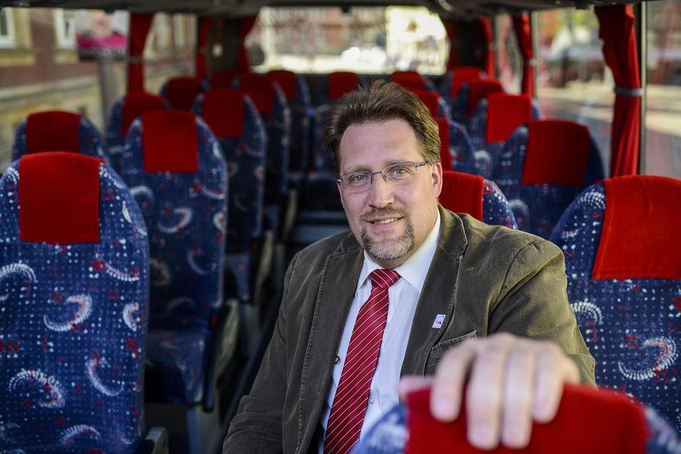 Ingo Menzel stand mit seinen Stadtschleicher-Bussen jahrelang vor der Dreifaltigkeitskirche. Nun hat er den Platz an einen Konkurrenten verloren.