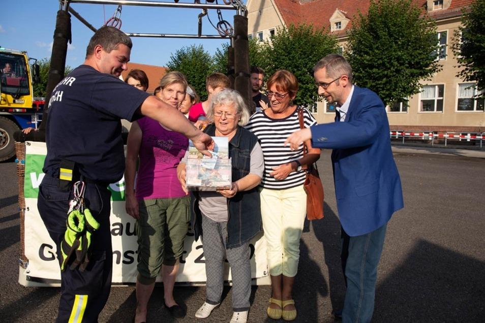 Die Spenden-Box des Heimatvereins füllte sich mit jeder Ballonfahrt. Laubuschs Ortsvorsteherin Erika Wustmann (Mitte) war ebenso begeistert wie die Heimatvereins-Chefin Carola Schael (2.v.r.) und Bürgermeister Frank Lehmann (r.).