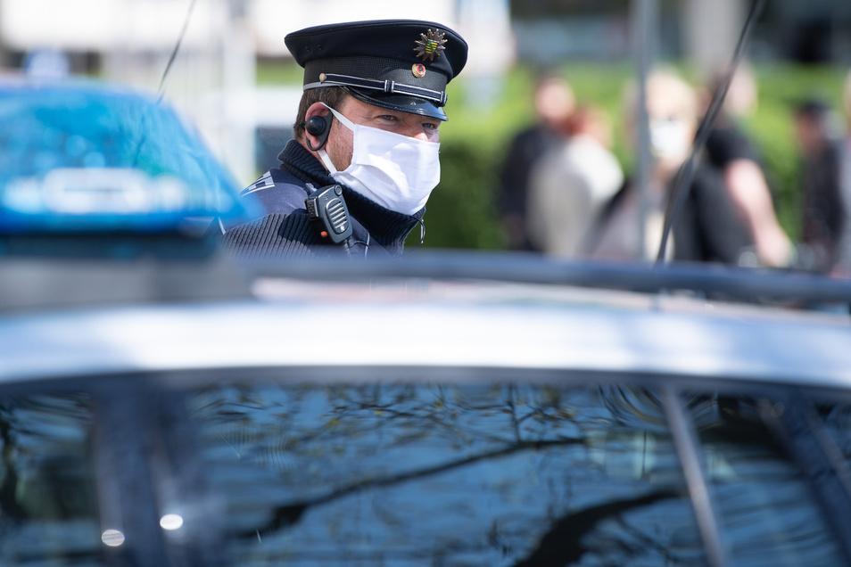 Auch im Landkreis Bautzen kontrolliert die Polizei die Einhaltung der Corona-Regeln. Wegen Verstößen wurden bereits mehr als 500 Verwarnungen und Bußgeldbescheide erlassen.