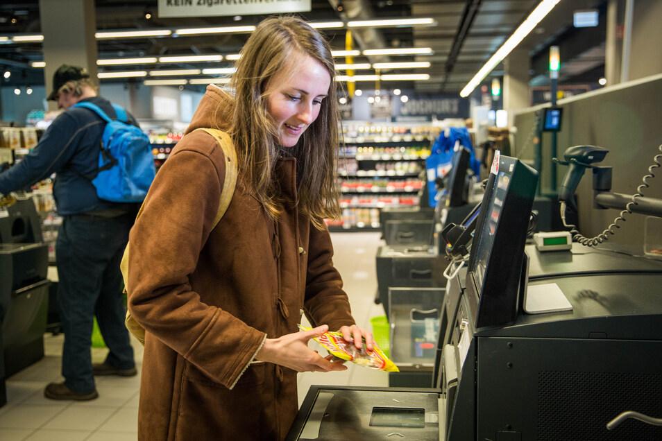 Für Melida Böhm ist der Umgang mit den Selbstbedienungskassen im Simmel-Markt kein Problem.