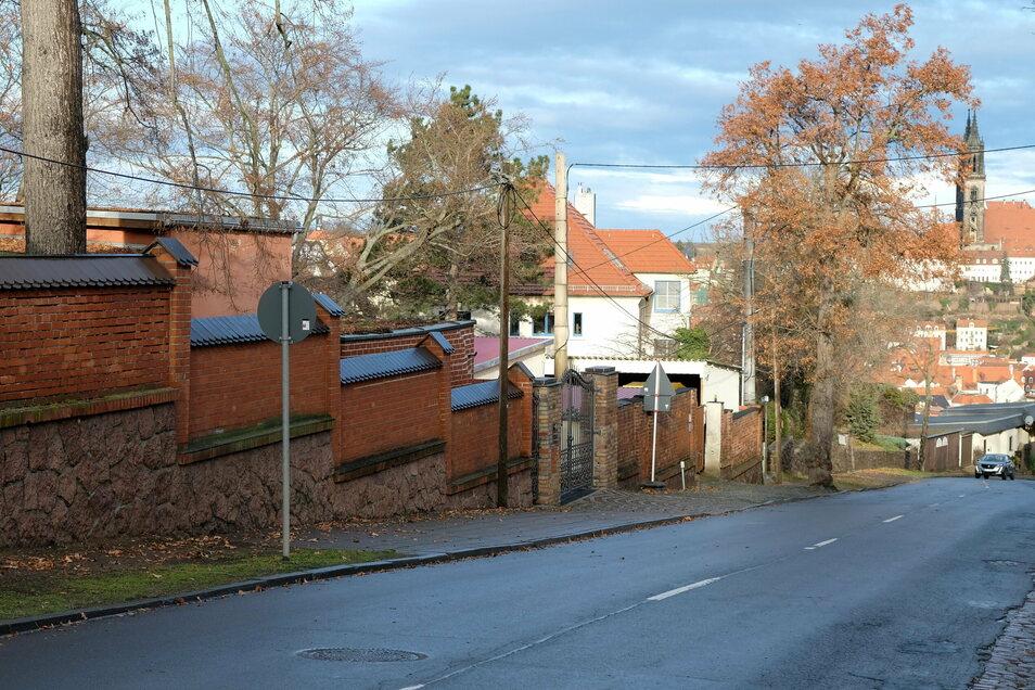 Die Straße lässt es nicht vermuten, aber links und rechts sind auf dem Plossen über Meißen die begehrtesten Grundstücke der Stadt zu finden. Eine Immobilie fand jetzt das Interesse eines Hochstaplers.
