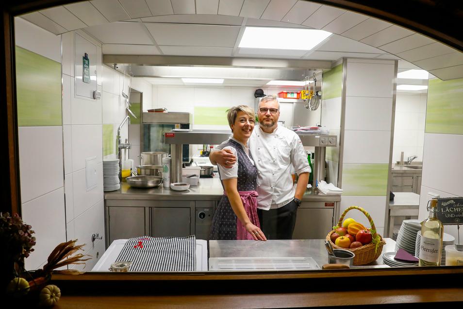 Dem Koch auf die Finger gucken: Jana und Daniel Lindner haben jetzt ihre Grenzschänke in Friedersdorf eröffnet. Anfang des Jahres waren sie noch die Wirtsleute des Dohnaer Ratskellers.