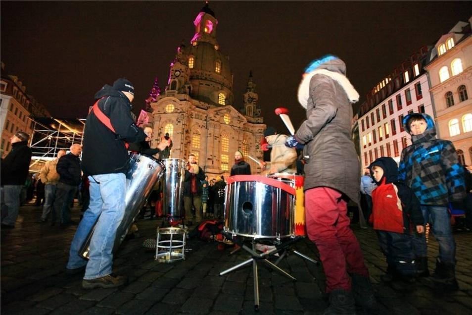 Ein Percussion-Ensemble stimmt die Anwesenden auf den Abend ein.