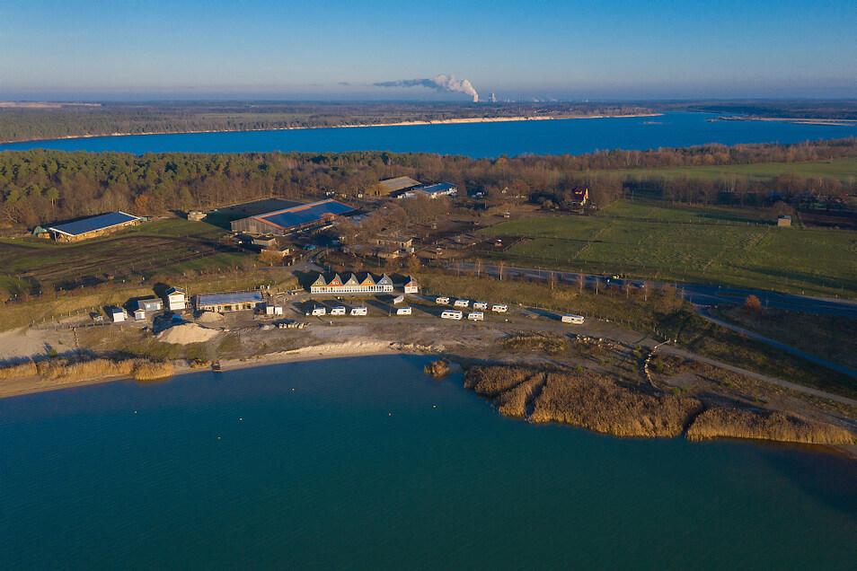 Im Dezember war mit Blick auf das Vereinsgelände des 1. SCP am Partwitzer See lediglich das Erdgeschoss zu erkennen. Im Hintergrund ist der Blunoer Südsee sowie das Kraftwerk Schwarze Pumpe zu erkennen.