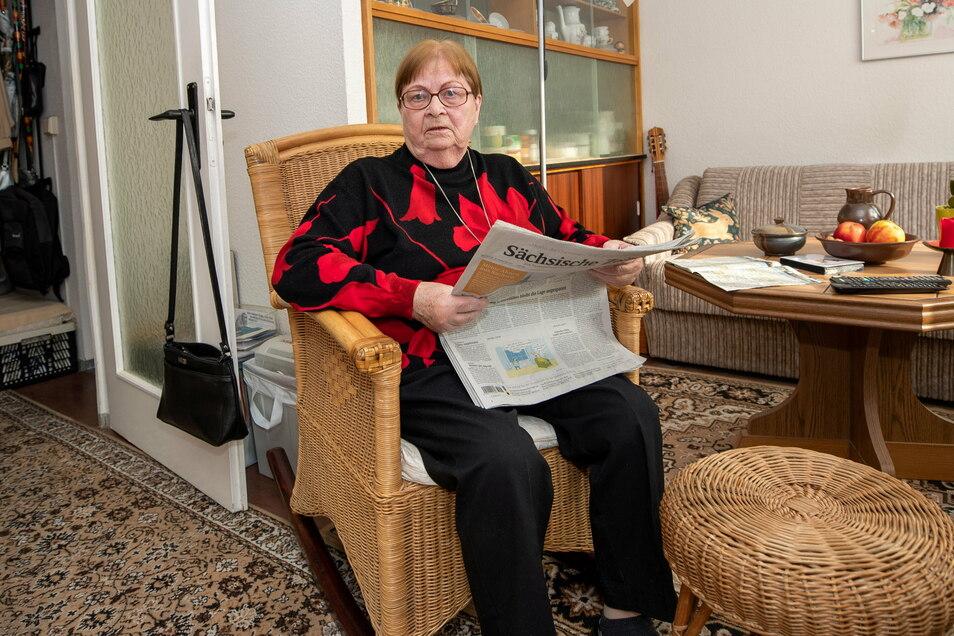 Hildegard Förster hält sich auf dem Laufenden und hofft, eines Tages die Nachricht zu lesen, die ihr endlich einen Impftermin verspricht.