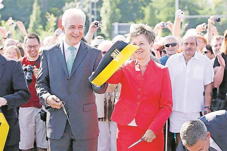 Zwei kleine Schnitte für ein großes Ereignis: Oberbürgermeisterin Helma Orosz und Sachsens Ministerpräsident Stanislaw Tillich übergeben gemeinsam die Brücke.