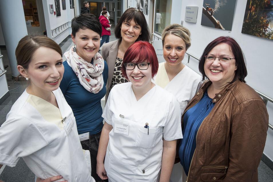 Ulrike Holtzsch, Geschäftsführerin des Städtischen Klinikums Görlitz (re.) mit den Mitarbeiterinnen wie Adrienne Zahlten, Madeleine Koehler, Birgit Bieder Lisa Beyreuther und Julienne Invert (v. li.)