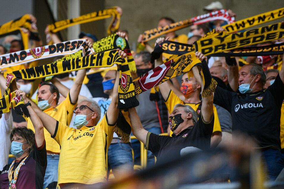 Im Stadion mit Maske: Tausende Fans waren zuletzt im Dresdner Rudolf-Harbig-Stadion.