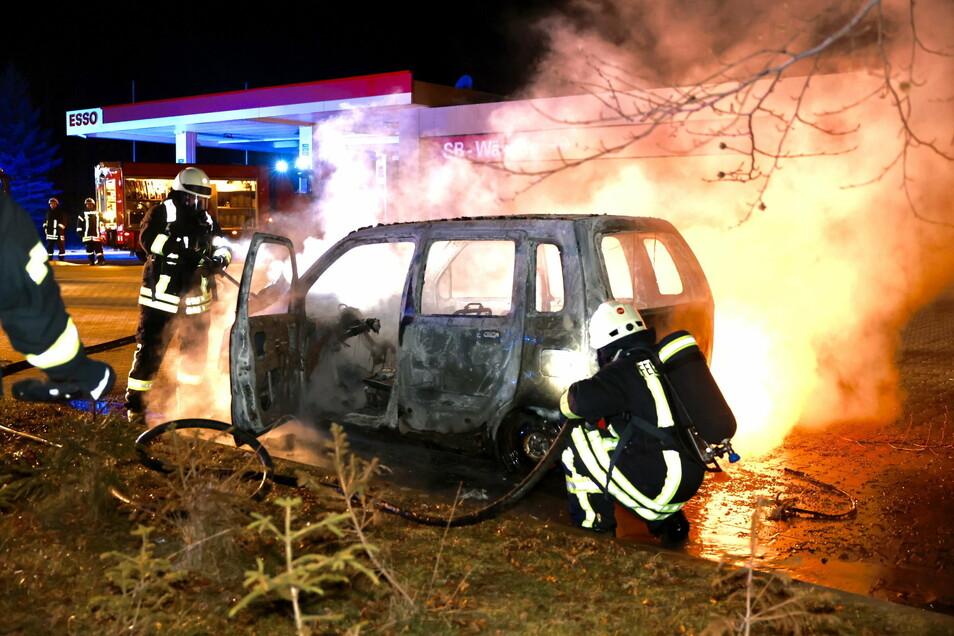 Nur 25 Meter neben einer Tankstelle in Berggießhübel stand ein Auto in Flammen.