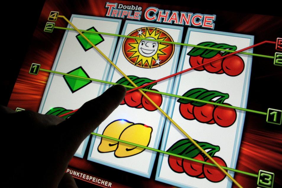Zwar nicht wie im hier im Spielcasino, sondern vor dem eigenen Computer, wurde der Angeklagte Opfer seiner Spielsucht.