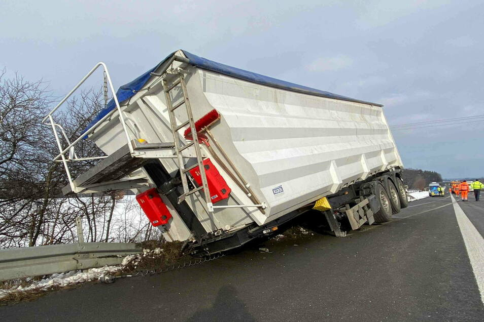 Auf der Autobahn 4 bei Hermsdorf verlor der Fahrer eines LKW seinen Auflieger.