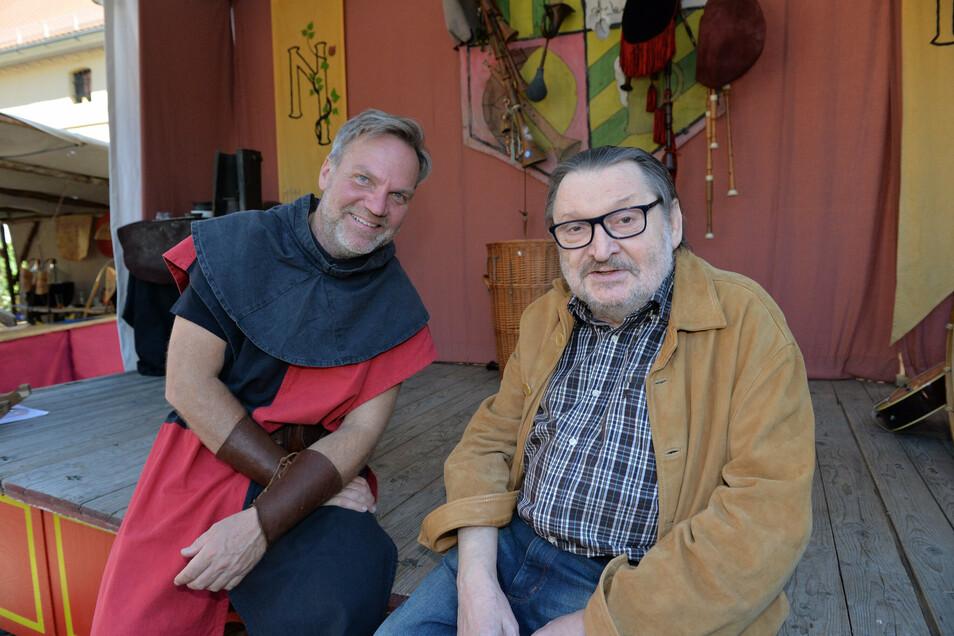 Marktleiter Thomas Szymkowiak (links) traf Karl Roland alias Karl von Dräsn, den früheren Marktvogt, der krankheitsbedingt nur in zivil teilnehmen konnte.
