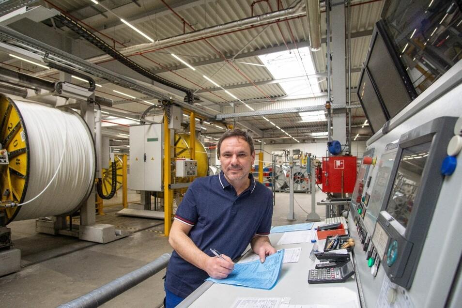 Torsten Bergmann ist seit Anfang an in der Firma Ionisos tätig. Er steht hier an dem Pult, an dem man überprüfen kann, was in dem großen Raum des Ionen-Beschleunigers passiert.