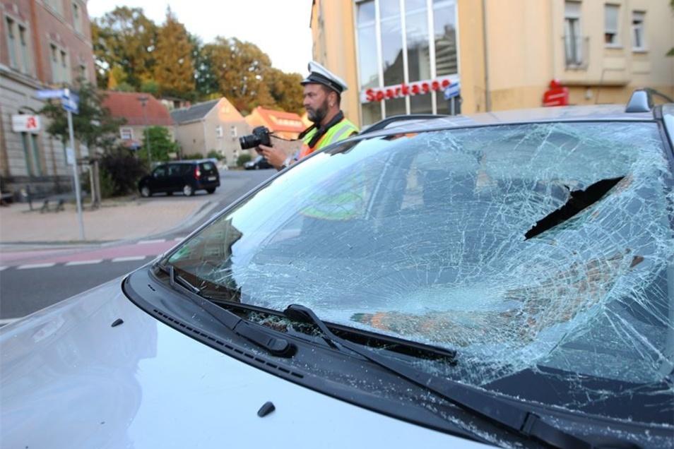Die Frontscheibe des Toyota ist zertrümmert.