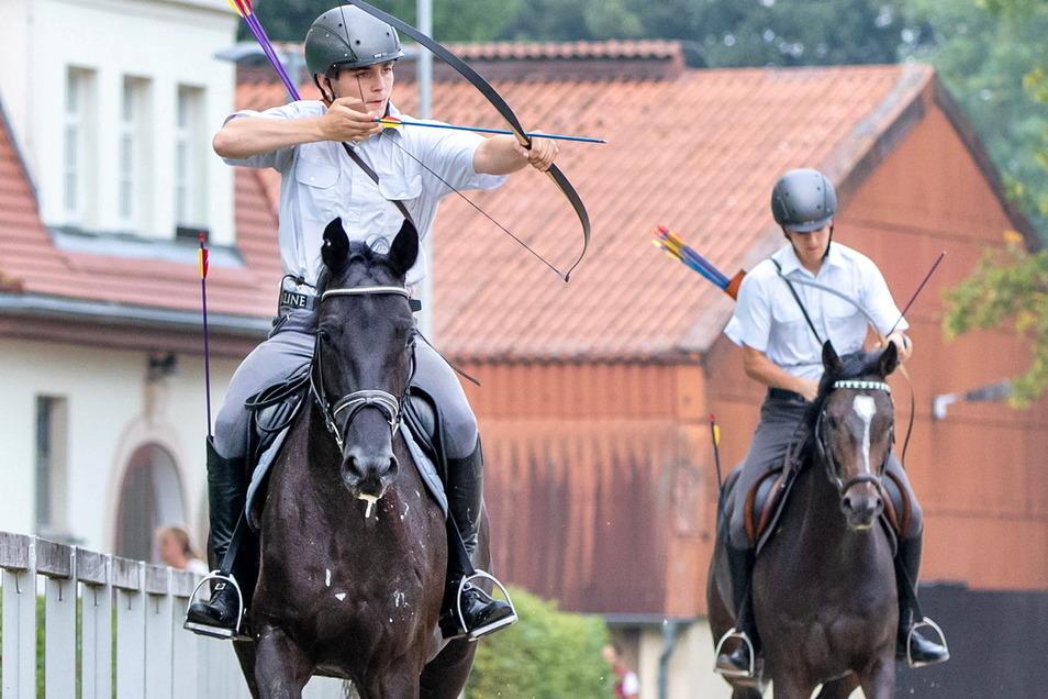 Die Lehrlinge vom Gestüt Moritzburg zeigen, dass sie im schnellen Ritt auch mit Pfeil und Bogen treffen.