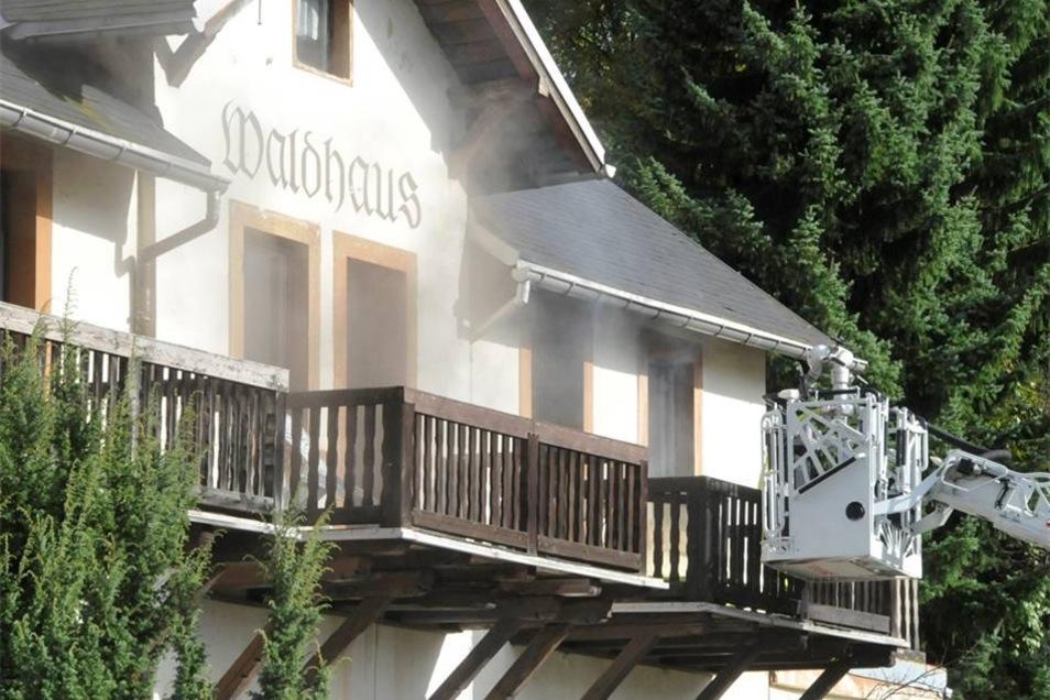 Gegen Donnerstagmittag brennt das Waldhaus in Hertigswalde.