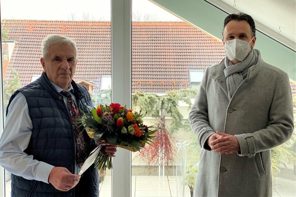 Riesas OB Marco Müller (r.) zu Gast beim früheren Baubürgermeister Günter Colve: Der Riesaer Ehrenbürger wurde am Donnerstag 90.