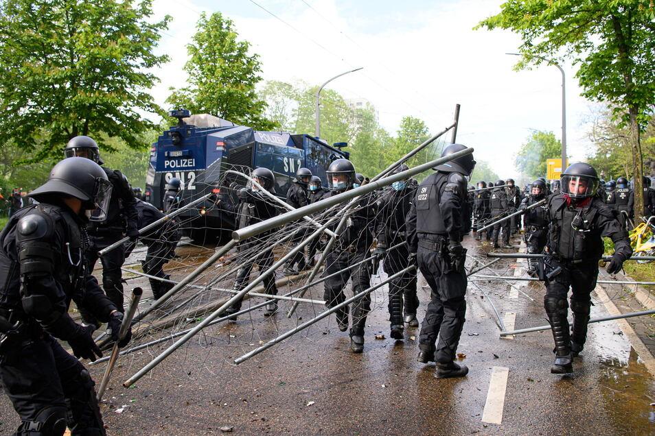 Polizisten räumen am 16. Mai Zäune vor dem Rudolf-Harbig-Stadion zur Seite, die als Barrikade bei der Randale genutzt worden.