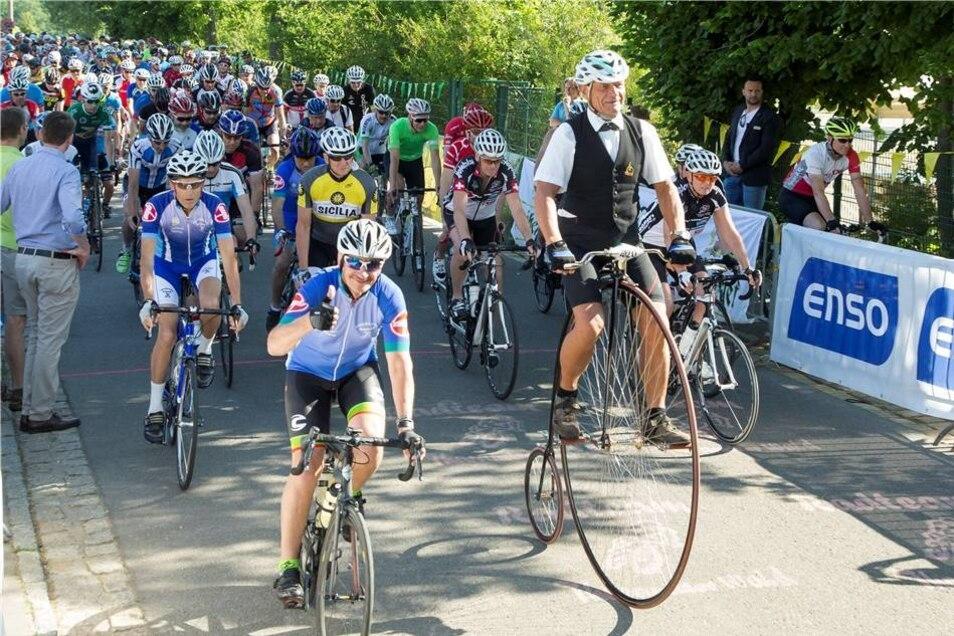 Start der Radtouristikfahrt am Sonnabend an der Grundschule Kurort Hartha. Hunderte gingen beim großen Radfahrtag an den Start, organisiert vom Radteam Tharandter Wald.