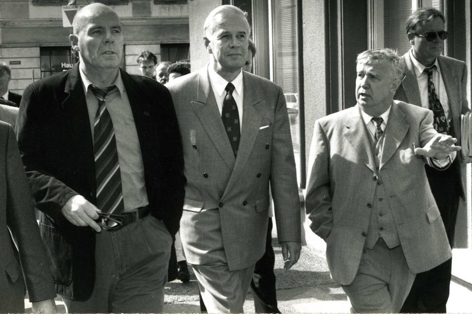 Jürgen Kloß (r.) 1992 mit dem damaligen sächsischen Innenminister Heinz Eggert (l.) und dem damaligen Bundesinnenminster Manfred Kanther in Zittau.