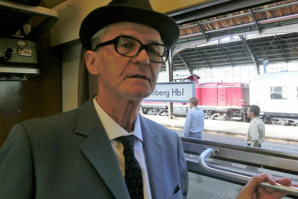 Erdmann Wehder in seinem 60er-Jahre-Kostüm in einem der historischen Reisezüge im Görlitzer Bahnhof, der im Film auch zum Hauptbahnhof Nürnberg wird.