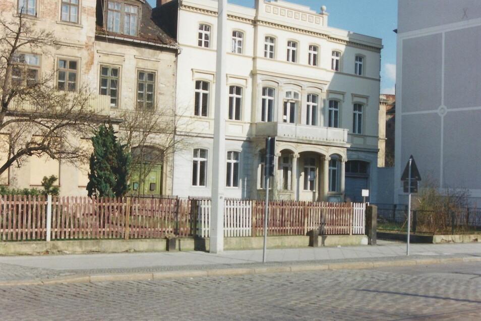 Dieses undatierte Foto stammt aus dem Archiv von Hannes Weinhold, einem der letzten Bewohner des Hauses Postplatz 6 (Mitte). Links ist das Nachbarhaus Postplatz 5 zu sehen, das ebenfalls abgerissen werden soll.