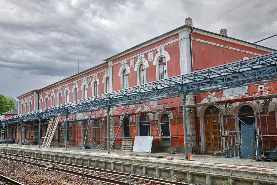 Das Bahnsteigdach ist beinahe fertiggestellt.
