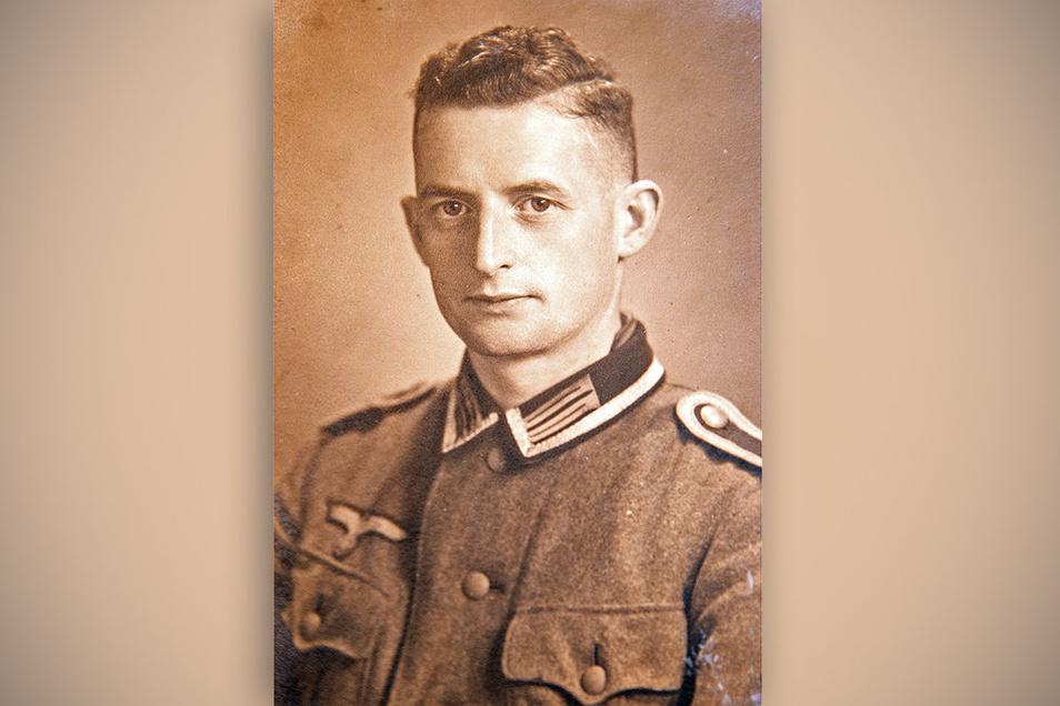 Sechs Jahre das Notizbuch in der Brusttasche: Marcel Weise aus Pirna protokollierte den Zweiten Weltkrieg. Das Foto zeigt ihn 1941 als 28-jährigen Unteroffizier.
