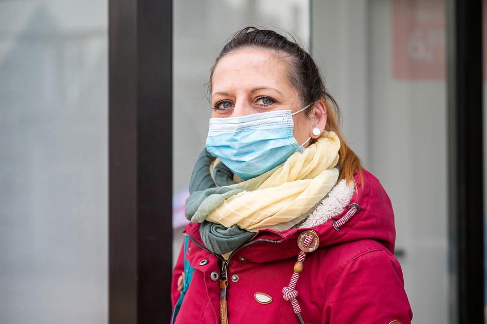 Evelyn Lehmann auf der Berliner Straße auf der Suche nach Kinderkleidung. Sie wurde fündig.