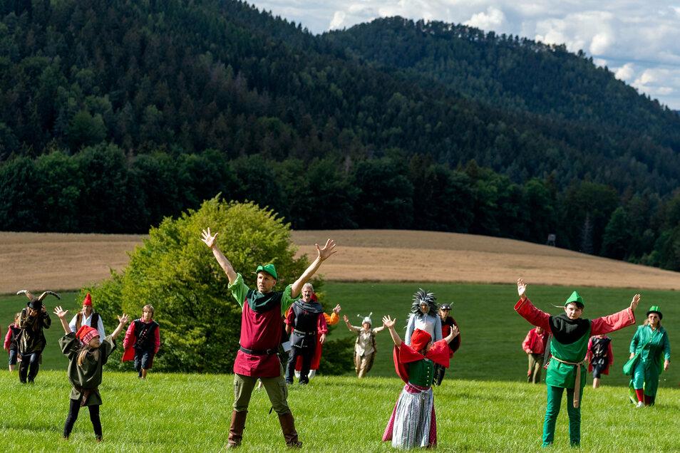 """Der """"Elbwood Forest"""" bei Kleingießhübel wurde zur Kulisse. Die Bühne beim diesjährigen Landschaftstheater ist bis zu zwei Hektar groß."""