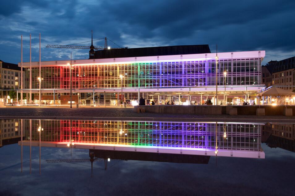"""Der Kulturpalast ist ein zentraler Ort in der Stadt - und wird dieser Rolle gerecht. Wie hier am 13.06, dem """"Christopher Street Day"""", als er die Farben der Vielfalt zeigte."""