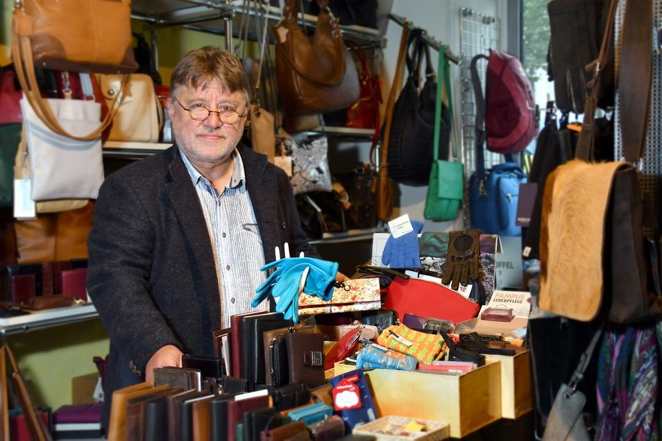 Nur noch wenige Tage steht Matthias Heidrich in seinem Lederpunkt in der Dresdner Neustadt und hofft, dass noch viele Kunden ein letztes Mal hereinschauen.