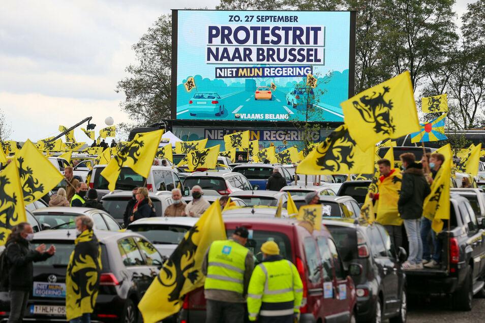 Mit einem Autokorso haben mehrere Tausend Belgier gegen die Regierungsbildung protestiert.