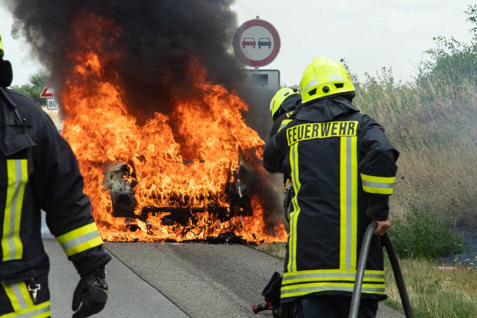 Beim Eintreffen der Feuerwehr stand der BMW lichterloh in Flammen.