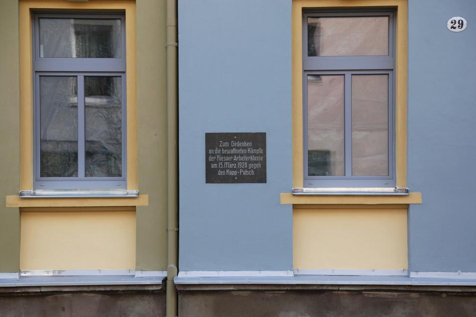Am Haus Nr. 29 der Dr.-Külz-Straße in Riesa befindet sich die Gedenktafel zur Erinnerung an die bewaffneten Kämpfe der Arbeiter während des Kapp-Putsches.